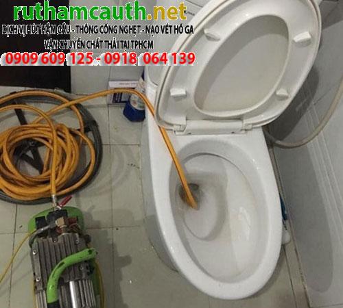 tho-thong-tac-bon-cau-toilet-gia-re